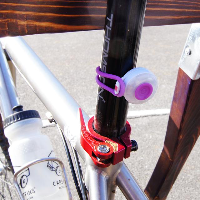 ■コンパクトでおしゃれだが確り光る赤色フラッシングライト SILVA ...  自転車用 フラッ
